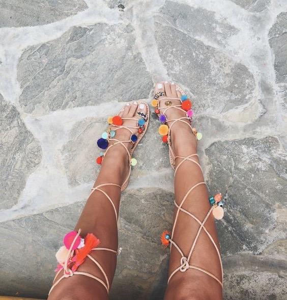 sandały z pomponami rozenek
