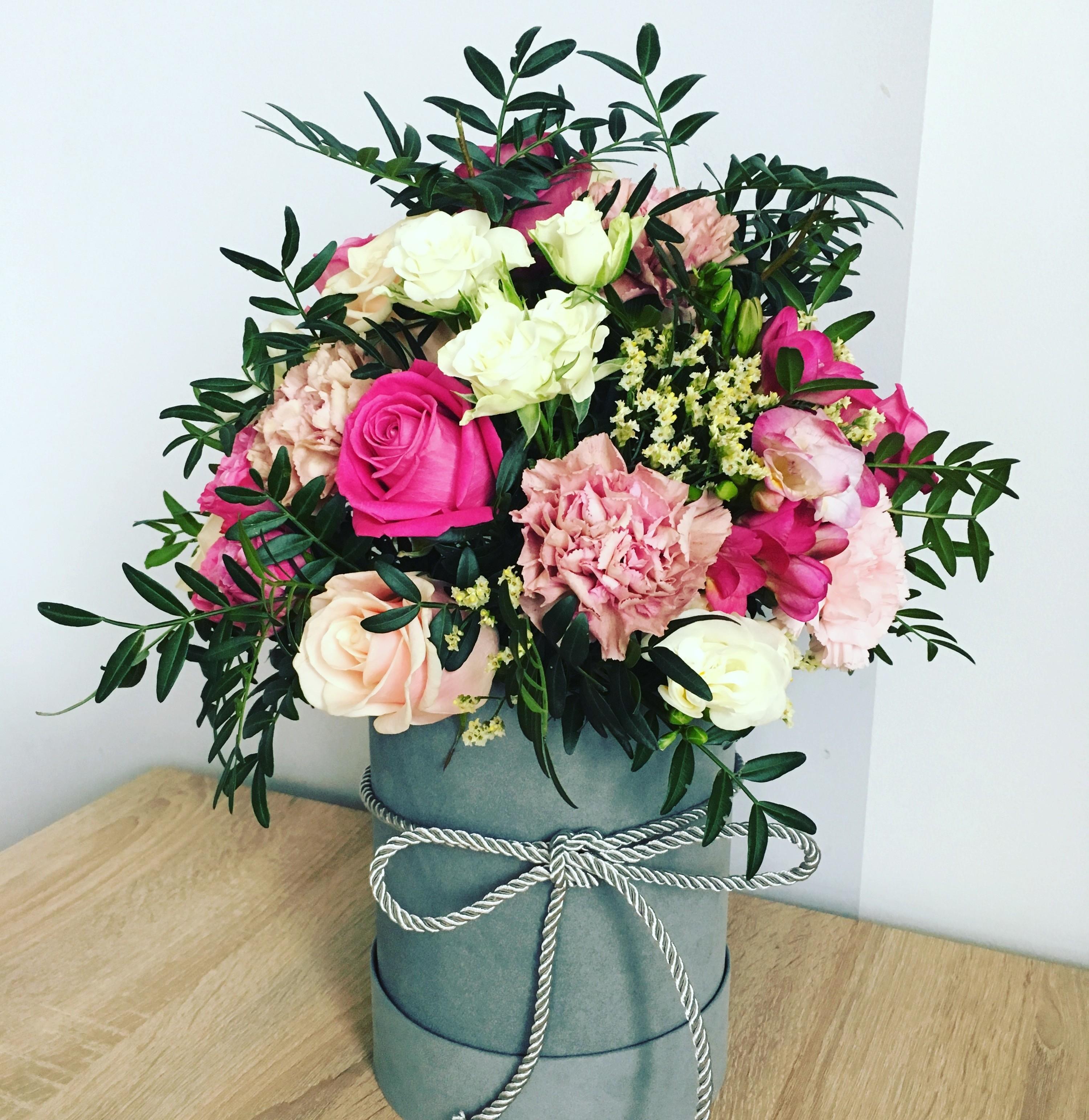 Kwiaty W Pudle Idealne Na Zblizajacy Sie Dzien Matki Lecz Nie Tylko Przeambitni Pl